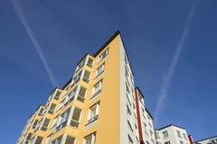 Högt hus på flera golv mot en blå himmel royaltyfri bild