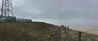 Högt i kullarna som ser över dagen för sikt för bästa sida den molniga/dimmiga, foto som tas i UK royaltyfri bild