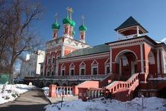 högt klostermoscow petrovsky tempel Arkivfoto