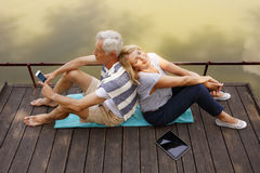 Högt koppla av för par som är utomhus- Arkivfoto