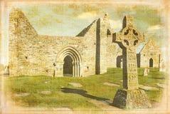 Högt kors av scripturesna Clonmacnoise ireland arkivfoto