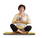 Högt kvinnasammanträde i yoga poserar Fotografering för Bildbyråer