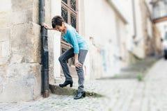Högt lidande från knä smärtar Arkivfoton