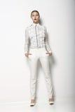 Högt mode. Den moderiktiga kvinnan i vita bakstycken i behagfullt poserar. VårTid samling Arkivbilder