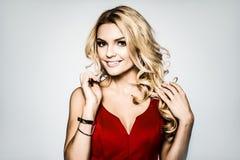 högt mode välformad blondin i siden- aftonkappa femininity royaltyfria bilder