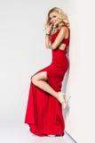 högt mode välformad blondin i siden- aftonkappa femininity arkivfoto