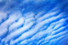 Högt moln, altocumulusmoln arkivfoto