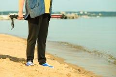 Högt nordiskt gå för aktiv kvinna på en strand ben Royaltyfri Bild