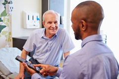Högt patient- och för doktor Have Consultation In sjukhusrum arkivfoto