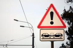 Högt - risk av sammanstötningen Ett vägmärke med en utroppunkt royaltyfria foton