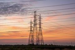 Högt spänningstorn från kraftverkbranschen arkivfoton