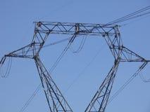Högt spänningstorn som transporterar elektricitet royaltyfria bilder