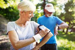 Högt sportigt folk som bor den utomhus- sunda livsstilen royaltyfri fotografi