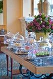 Högt te och tabellen för tuggaformatfoods fördelade Fotografering för Bildbyråer