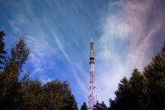 Högt torn för överföring av telefonsignalen Royaltyfri Bild