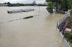 Högt vatten på Donau i Bratislava, Slovakien Royaltyfri Foto