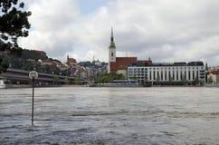 Högt vatten på Donau i Bratislava, Slovakien Arkivbilder