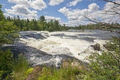 Högt vatten på en vildmarkkaskad Arkivfoto