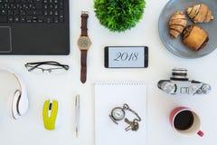 Högt vinkelskott av objekt på en tabell på en kontorsarbetsstation fotografering för bildbyråer
