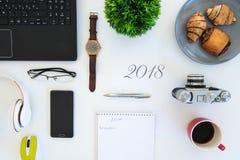 Högt vinkelskott av objekt på en tabell på en kontorsarbetsstation arkivbild