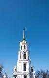 Högt vitt klockatorn i Shuya, Ivanovo region, Ryssland Arkivbilder