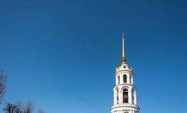 Högt vitt klockatorn i Shuya, Ivanovo region, Ryssland Royaltyfri Fotografi