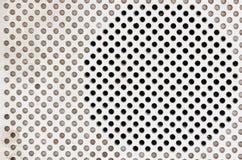 Högtalare av en Retro radio för tappning på vit bakgrund Royaltyfri Foto