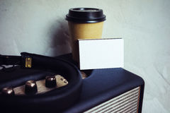 Högtalare för Portable för kort för affär för Closeupbuntmellanrum Vitbokmodellen tar bort bakgrund för väggen för kaffekoppen to fotografering för bildbyråer