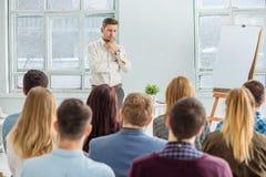 Högtalare på affärsmötet i konferenskorridoren fotografering för bildbyråer