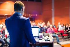 Högtalare på den affärskonferensen och presentationen royaltyfri foto