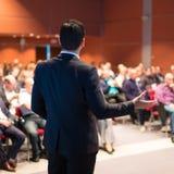 Högtalare på den affärskonferensen och presentationen royaltyfri fotografi