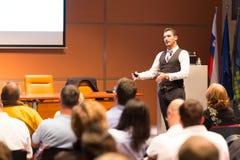 Högtalare på den affärskonferensen och presentationen Arkivfoto