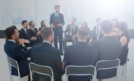 Högtalare som ger ett samtal på konferens för företags affär Affär Arkivfoto