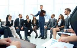 Högtalare som ger ett samtal på konferens för företags affär Affär Royaltyfri Bild