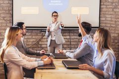Högtalare som ger offentlig presentation genom att använda projektorn i konferensrum fotografering för bildbyråer