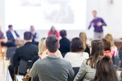 Högtalare som ger presentation på affärskonferens fotografering för bildbyråer
