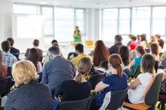 Högtalare som ger presentation på affärskonferens arkivfoto