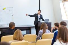Högtalare som ger presentation på affärskonferensen arkivfoton