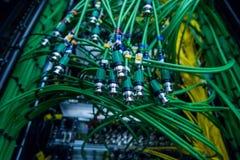 Högtalarekabel, manöverenhet för optiskt kontaktdon server Solitt system, solid kabel på studio i propp trådar pluggade in i ljud Arkivfoto