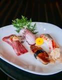 Högvärdig blandningsushi på den vita plattan, Foie Gras sushi, Otoro sushi, arkivbild