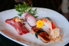 Högvärdig blandningsushi på den vita plattan, Foie Gras sushi, Otoro sushi, arkivfoton
