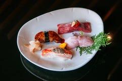 Högvärdig blandningsushi på den vita plattan, Foie Gras sushi, Otoro sushi, fotografering för bildbyråer