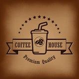 Högvärdig kaffeetikett över tappningbakgrund Arkivfoton