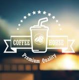 Högvärdig kaffeetikettdesign över defocusbakgrund Arkivbild