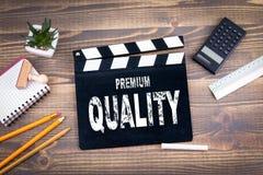 högvärdig kvalitet filmclapper på ett träskrivbord Arkivbild