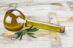 Högvärdig olivolja i en lyxig flaska Arkivbilder