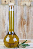 Högvärdig olivolja i en lyxig flaska Arkivfoto
