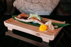 Högvärdig Unagi sushi på den wood plattan, helt stort styckjapanFN royaltyfri fotografi