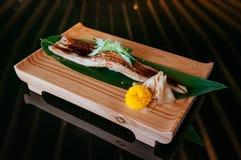 Högvärdig Unagi sushi på den wood plattan, helt stort styckjapanFN arkivfoton