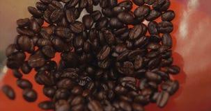 Högvärdiga kaffebönor, når att ha grillat som malas i en kaffekvarn Materiellängd i fot räknat Begreppet startar dagen med kaffe arkivfilmer